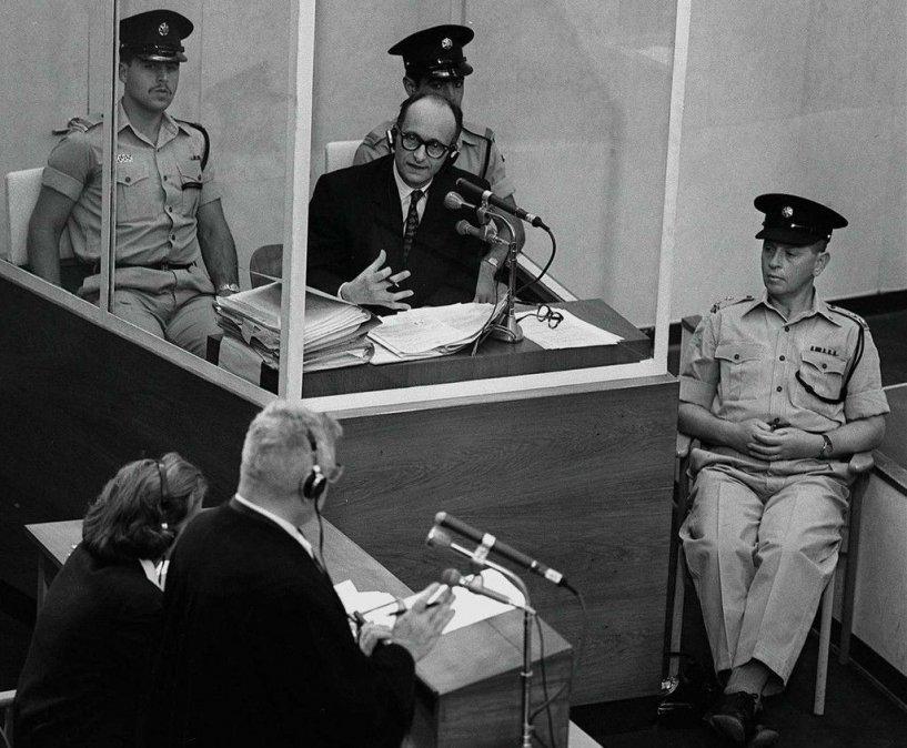 Adolf Eichmann durante su juicio en Jerusalén