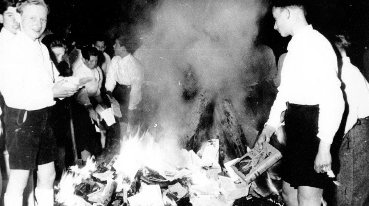Jóvenes nazis participan en la quema de libros condenados por judíos y marxistas
