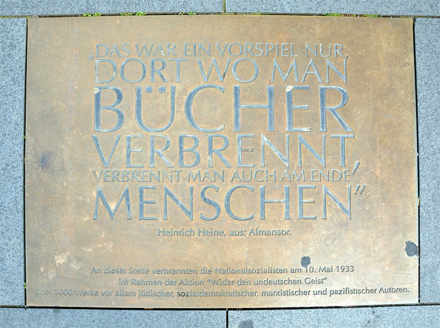 Placa recordatoria en el Schlossplatz en Brunswick. La placa cita una frase deHeinrich Heineen su obraAlmansor: «Das war ein Vorspiel nur