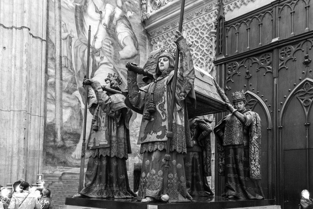 Tumba de Cristóbal Colón de laCatedral de Sevilla(lado derecho del crucero). La inscripción del pedestal dice así: «Cuando la isla deCubase emancipó de la Madre España