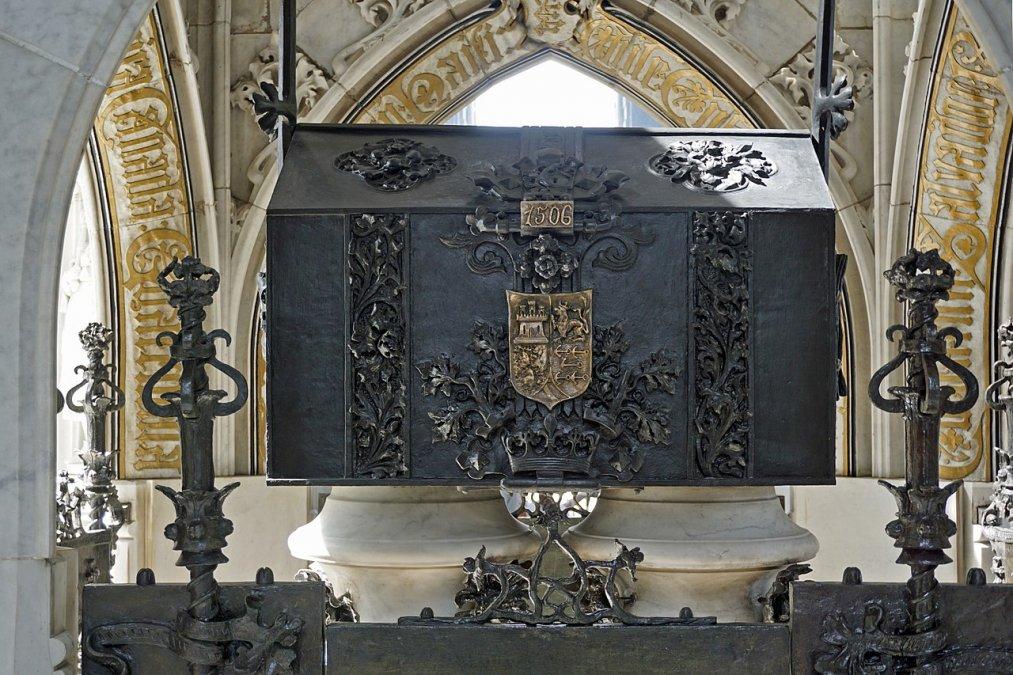 Caja con los restos de Colón en el mausoleo delFaro a Colón