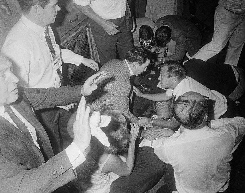Robert Kennedy yace en el suelo de un pasillo del hotel Ambassador tras recibir varios disparos