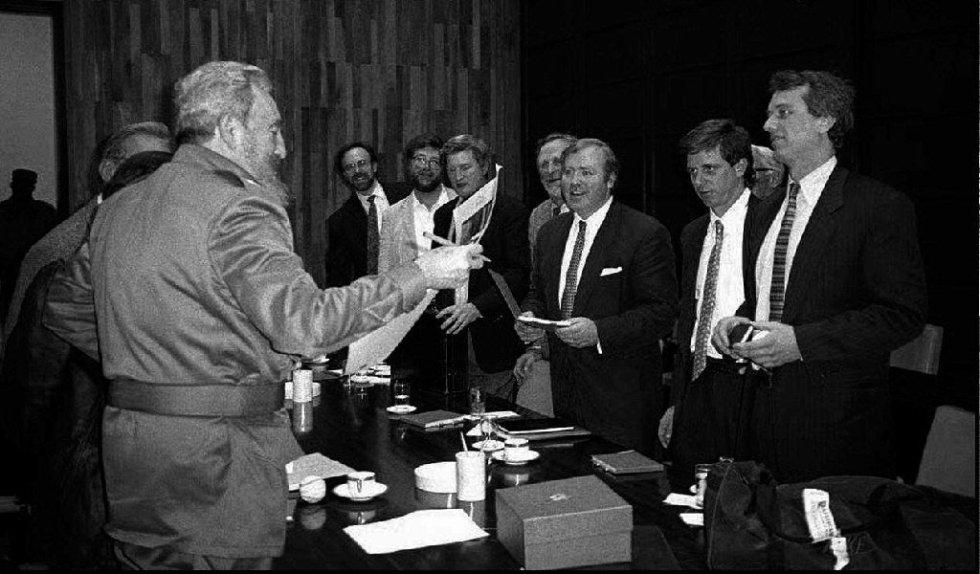 Fidel Castro charla con Robert Kennedy (primero por la derecha) y Michael Kennedy (segundo) durante una reunión en La Habana.