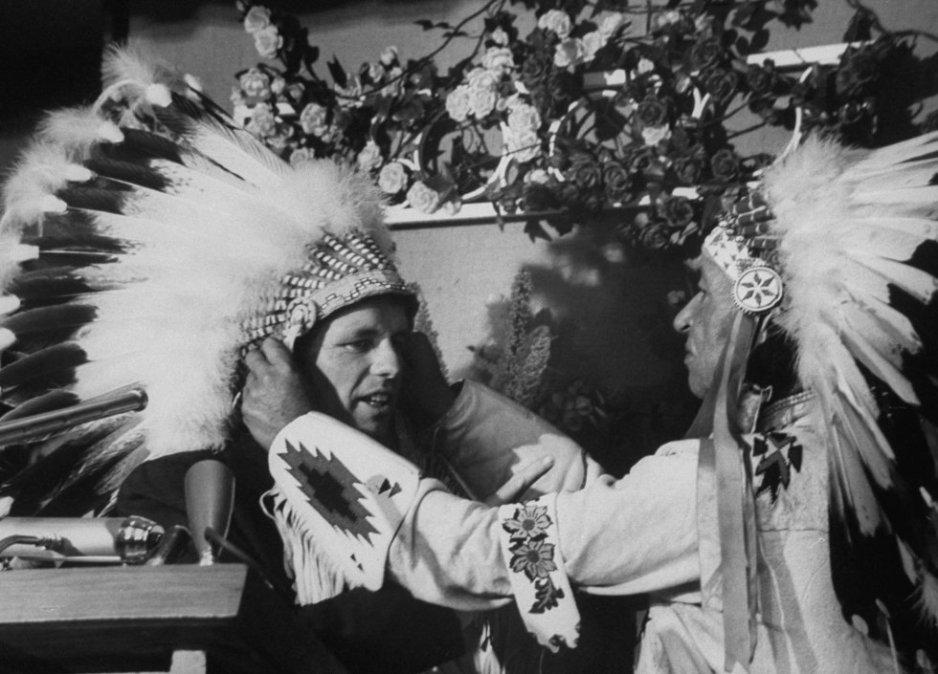Un jefe de la tirbu de los Sioux nombra miembro honorario a Robert Kennedy