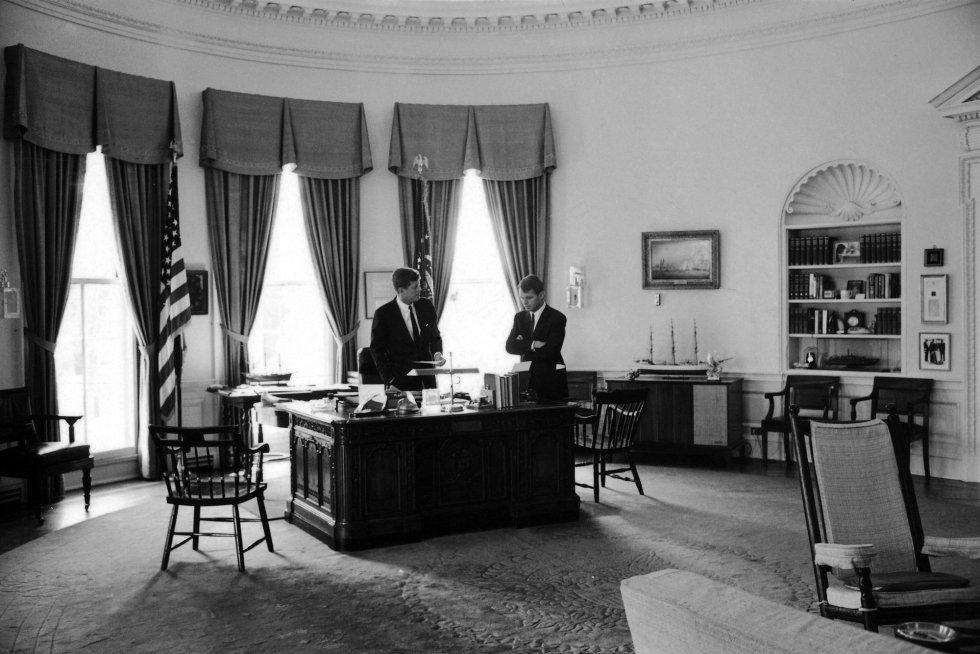 John F. Kennedy mantiene una conversación con su hermano Robert en el Despacho Oval de la casa Blanca