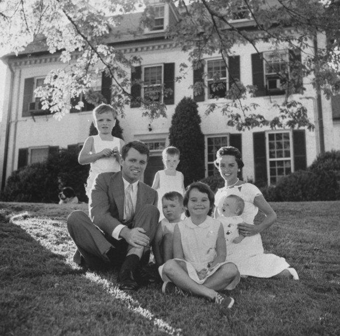 Robert Kennedy posa para una fotografía junto a su esposa Ethel y sus hijos en su casa de Hickory Hill
