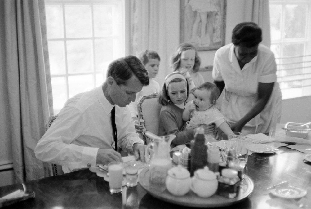 Bobby Kennedy desayunando con sus hijos en 1964