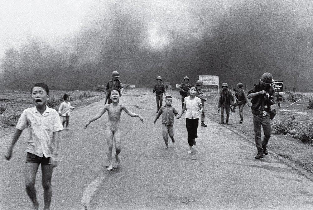 1972: el 8 de junio Nick Ut realiza la fotografía de Kim Phúc tras un ataque con napalm. Entrega la imagen a Horst Faas