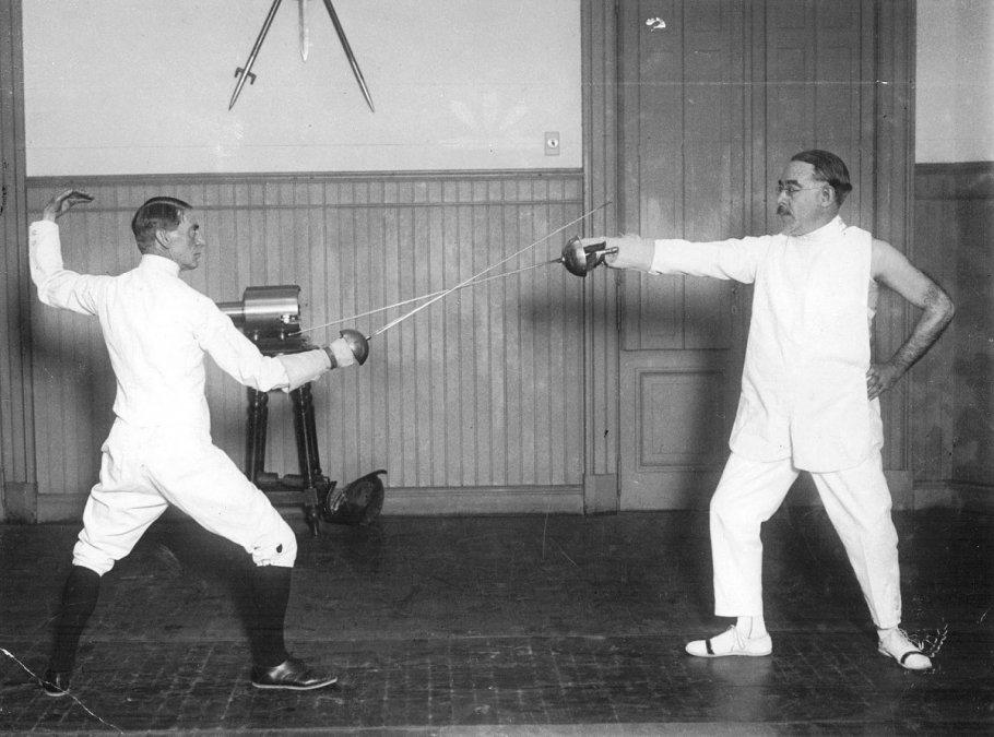 Leopoldo Lugones practicando esgrima.