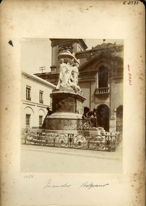 El mausoleo de Belgrano ubicado en el atrio del Convento de Santo Domingo