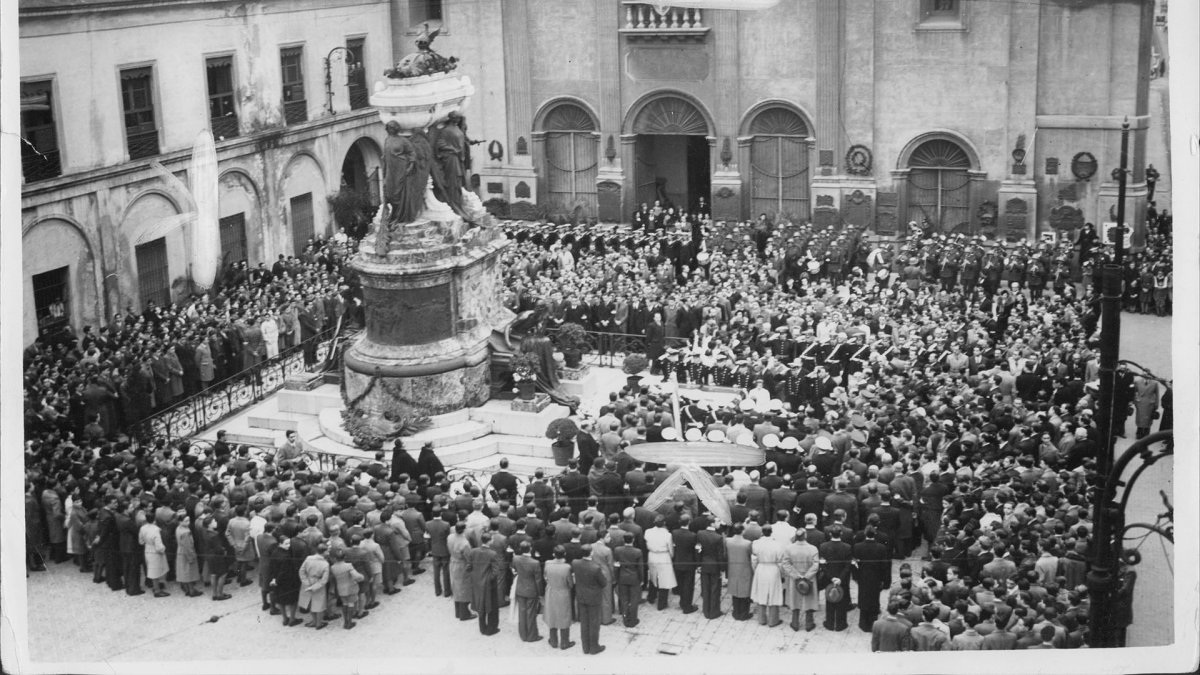 Acto en el Mausoleo de Belgrano, de bendición de la bandera y homenaje al general en un aniversario de su muerte, atrio de la Basílica del Santísimo Rosario y Convento de Santo Domingo.