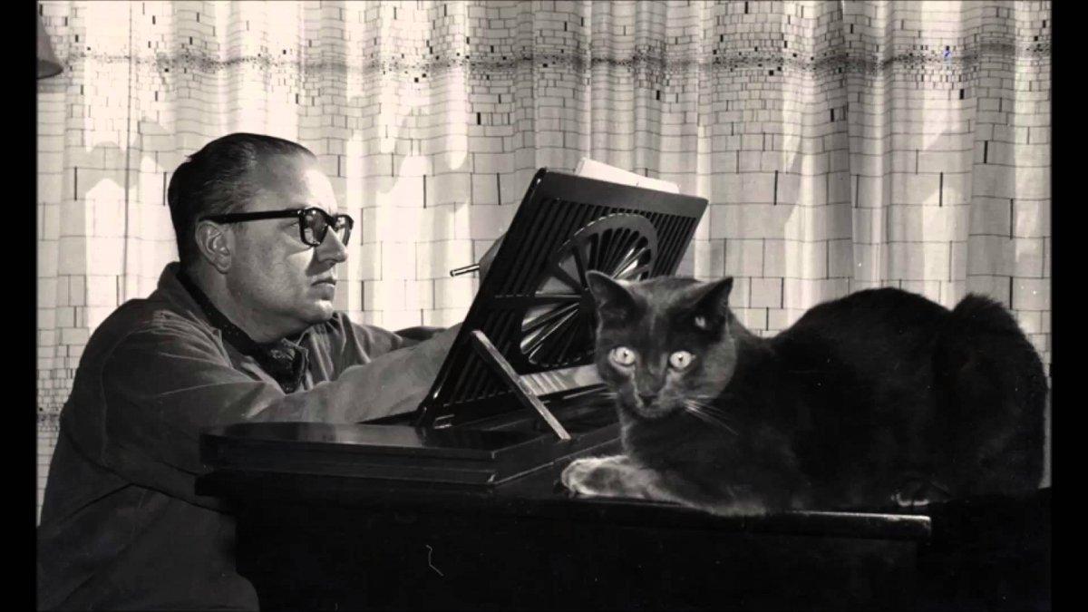 Alberto Ginastera sentado al piano. Ca. 1960. Biblioteca del Congreso