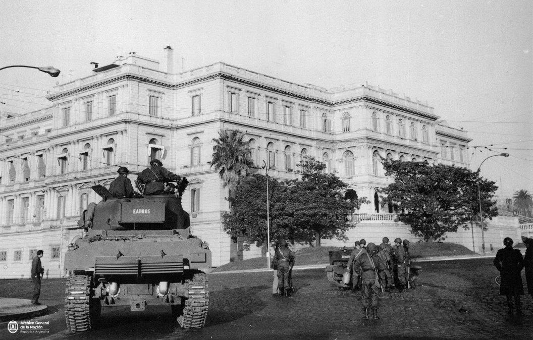 Tanques y efectivos militares apostados en las inmediaciones del a Casa de Gobierno