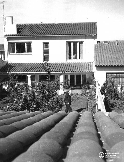 Arturo Umberto Illia camina en el jardín de la casa de su hermano Ricardo