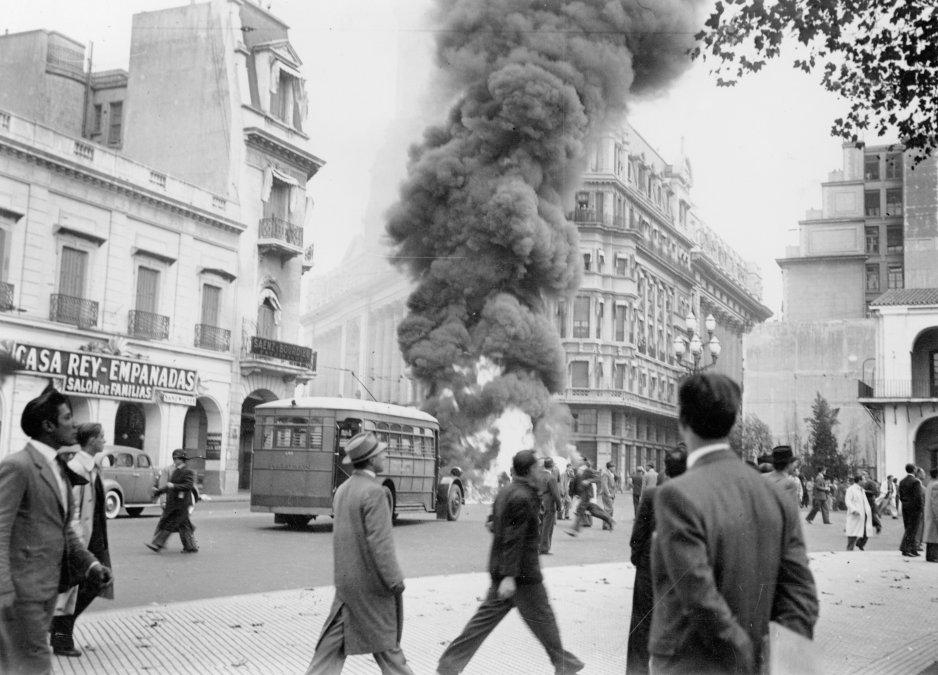 Colectivo de la Corporación de Transportes de la Ciudad de Buenos Airesincendiado con motivo de los sucesos del 4 de junio de 1943 -Archivo General de la Nación. Departamento Documentos Fotográficos. Inventario 24440.