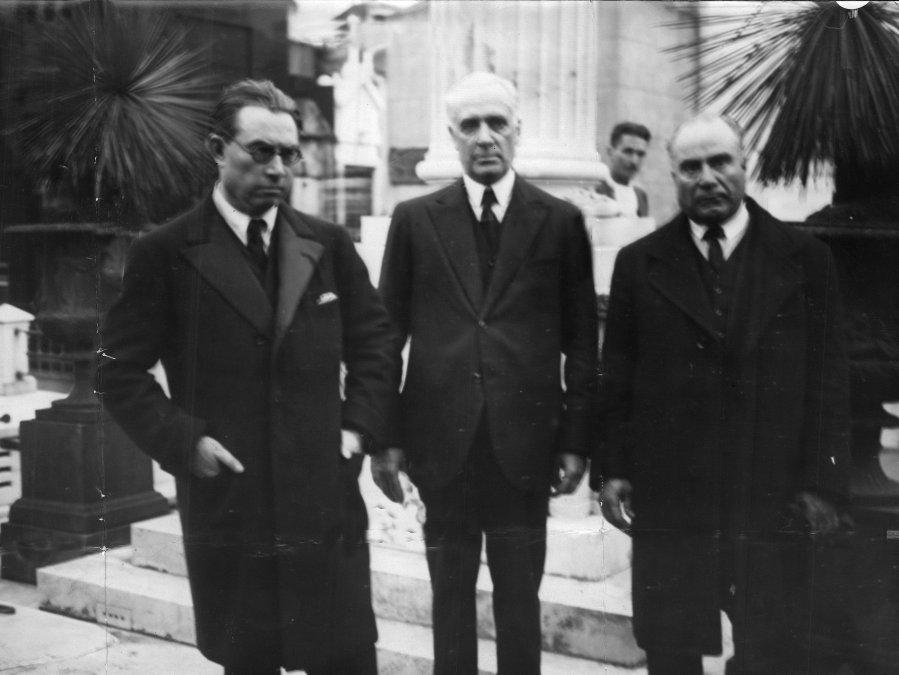 Horacio Oyhanarte (elprimero desde la izquierda)en compañía de otras personas