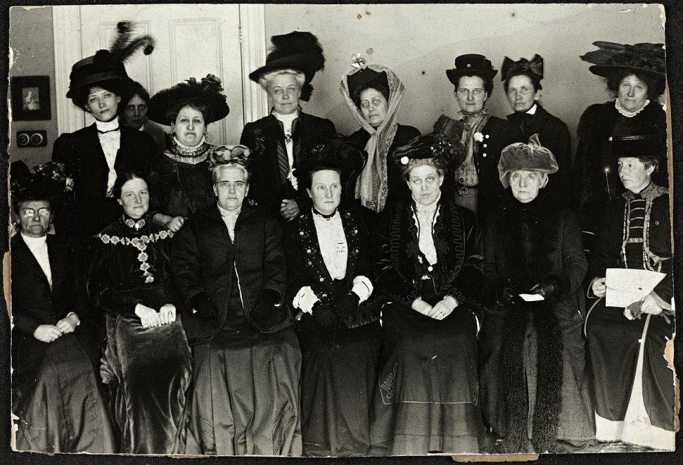 Millicent Fawcett (la cuarta desde la izquierda de la primera fila) en el Suffrage Alliance Congress