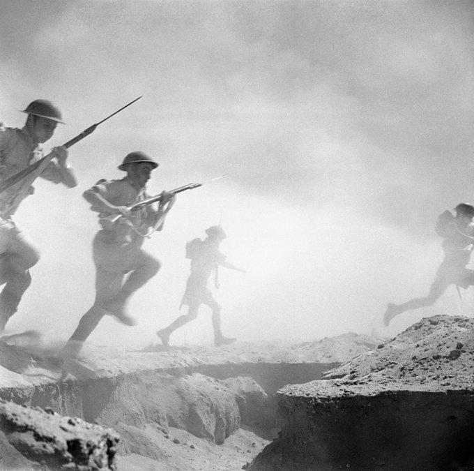 Tropas británicas avanzan por el campo de El Alamein.