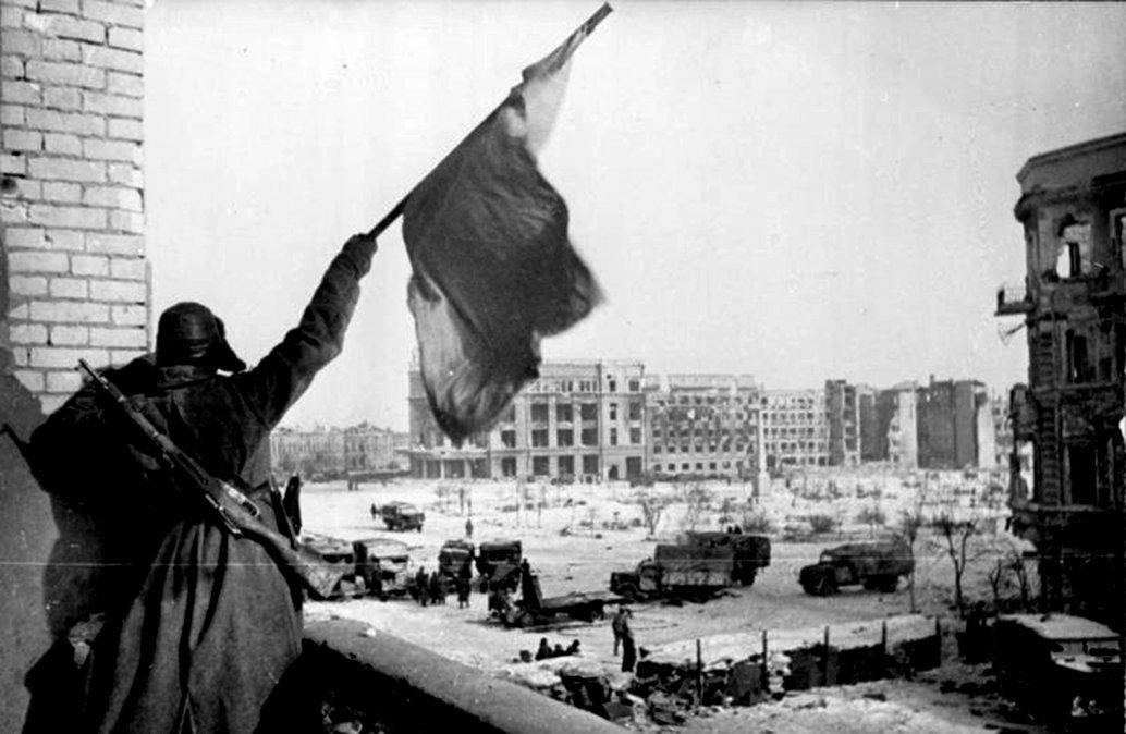 Un soldado soviético ondeando la Bandera roja tras la rendición alemana en febrero de 1943.