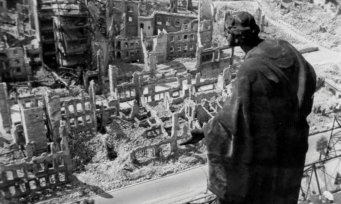 Dresde tras el bombardeo vista desde lo alto de la torre del ayuntamiento. Famosa foto deRichard Peter.
