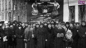 Las mujeres rusas hacen huelga por los 2 millones de muertos en la guerra, 8 de marzo 1917.