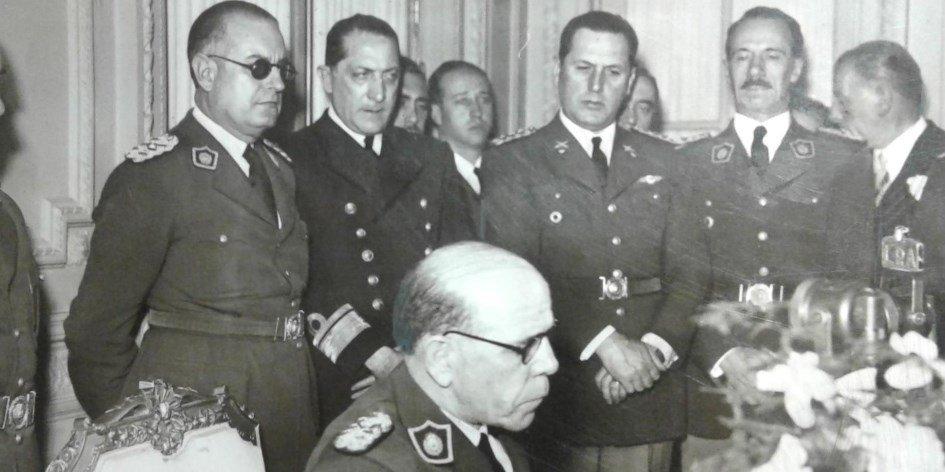 El presidente Farrell habla al país. Atrás a la derecha se observa al coronel Juan Perón