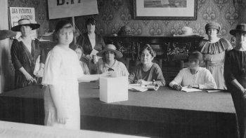 Simulacro de voto femenino, 1920.