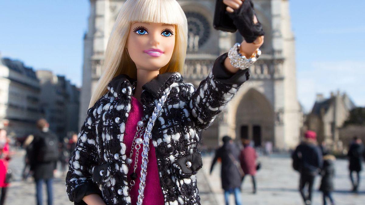 Barbie sacándose una selfie.