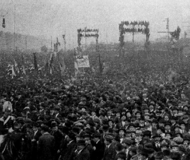 Público en la dársena norte recibiendo a la escuadra estadounidense.