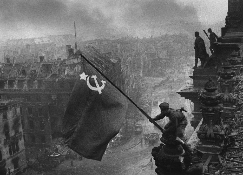 Alzando una bandera sobre el Reichstag es el nombre de una histórica fotografía tomada el 2 de mayo de 1945 por el fotógrafo Yevgueni Jaldéi en Berlín