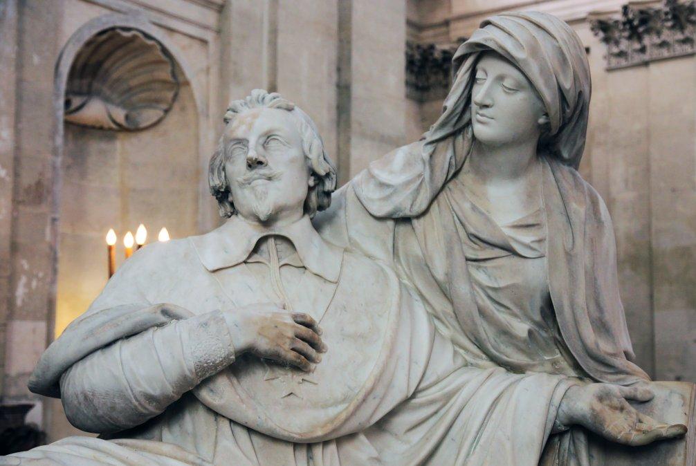 Estatua de la tumba del cardenal Richelieu en la capilla de la Sorbona