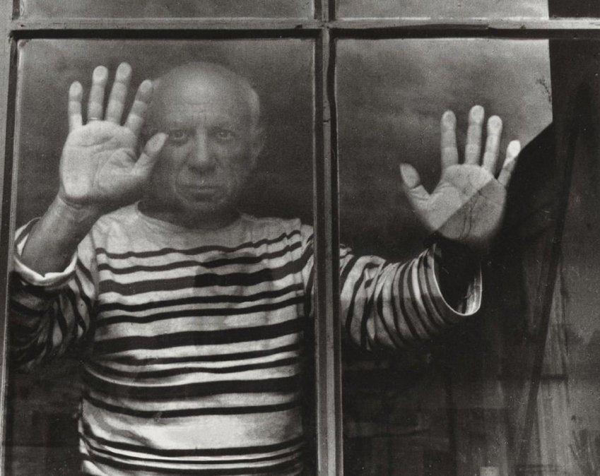 La icónica imagen de Picasso con camiseta de marinero tomada por Robert Doisneu.
