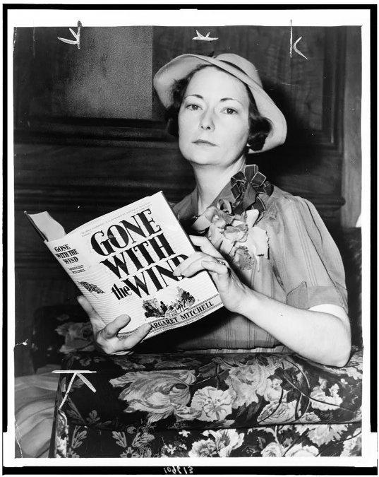 Margaret Mitchell con el libro Lo que el viento se llevó.