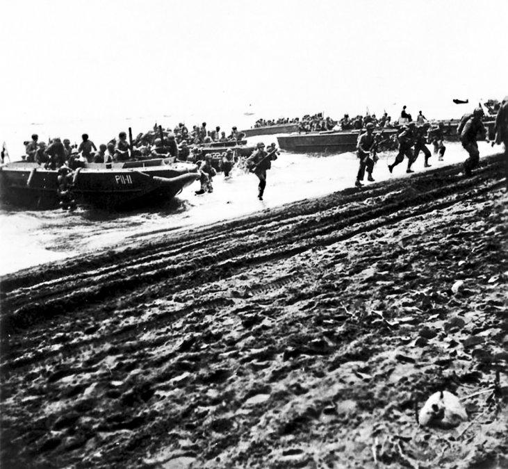 Estados Unidos llegan a la orilla de Guadalcanal el 7 de agosto de 1942.
