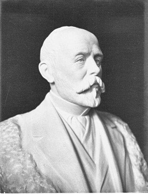 El busto en mármol de F. Ameghino cuando aún estaba siendo esculpido por Luis Perlotti.