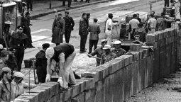 Agosto de 1961: Construcción del Muro bajo vigilancia militar.