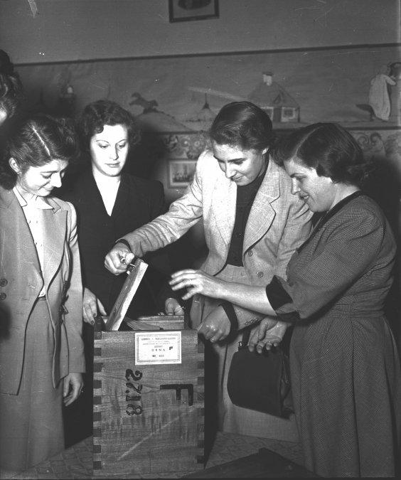 Mujeres votando en 1951.