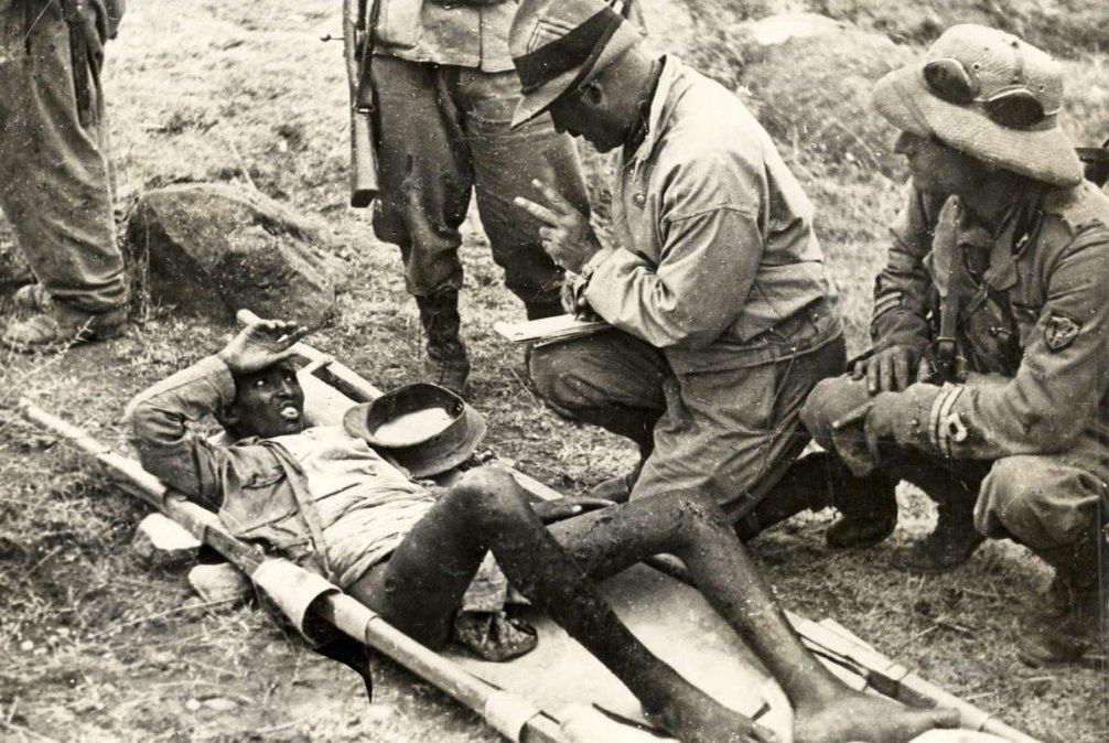Oficiales italianos interrogan a un prisionero de guerra abisinio (1935).
