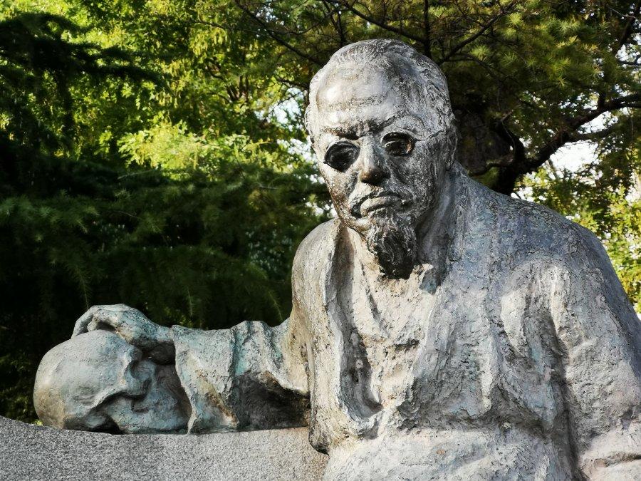 Monumento a Cesare Lombroso.