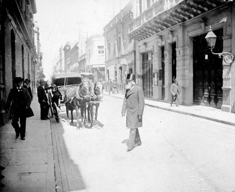 Carlos Tejedor paseándose por las calles de Buenos Aires. Año 1897.
