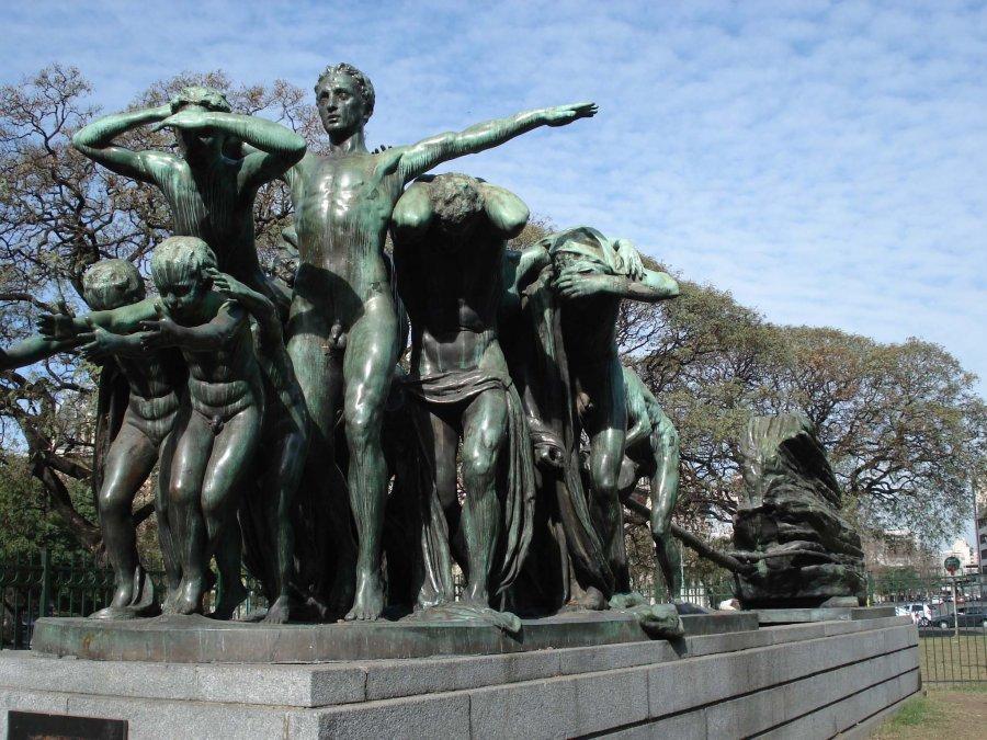 El Canto al Trabajo está ubicada en Paseo Colón e Independencia. La obra está realizada en bronce y fue encargada por Torcuato de Alvear