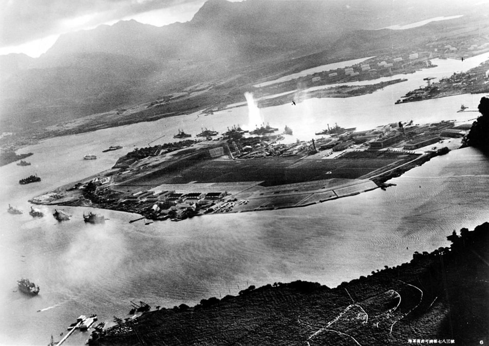 Fotografía de Pearl Harbor tomada desde un avión japonés al comienzo del ataque. Se ve la explosión de un torpedo en elWest Virginia.
