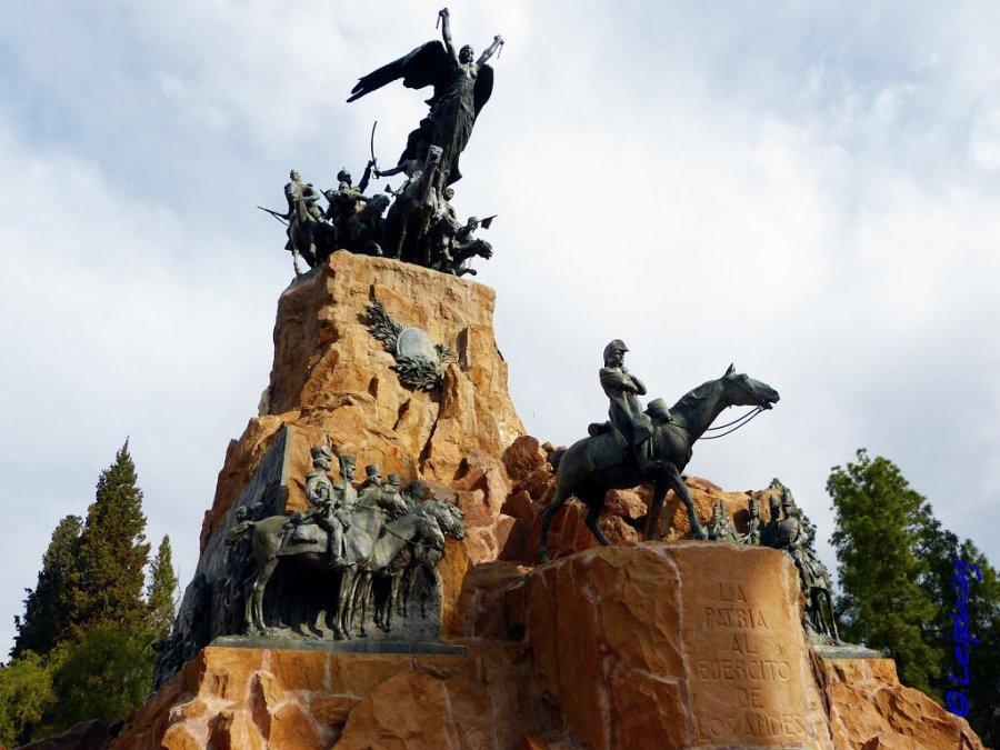 ¿Por qué se erigió el monumento del Cerro la Gloria en Mendoza?