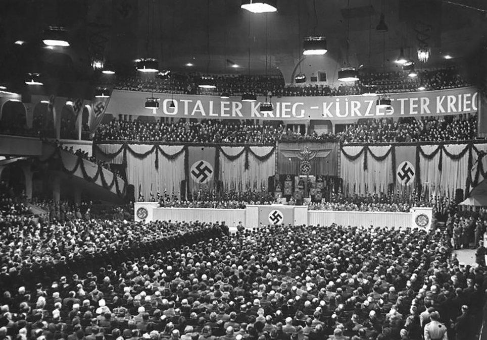 Mitin nacionalsocialista el18 de febrerode1943en elSportpalast de Berlín; el letrero dice: Totaler Krieg - Kürzester Krieg (Guerra total - Guerra más corta).