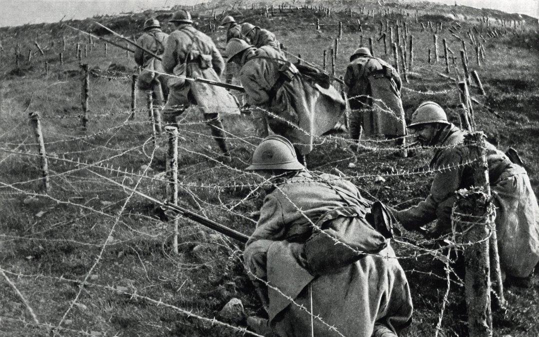 Foto tomada en 1916 muestra a los soldados franceses moviéndose en ataque desde su trinchera durante la batalla de Verdun
