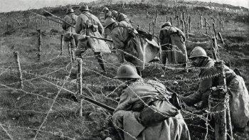 Foto tomada en 1916 muestra a los soldados franceses moviéndose en ataque desde su trinchera durante la batalla de Verdun, en el este de Francia, durante la Gran Guerra.