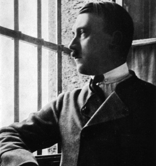 Adolf Hitler en la prisión de Landsberg en 1924.