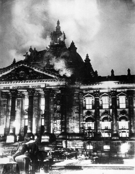 Fachada del Reichstag durante el incendio.