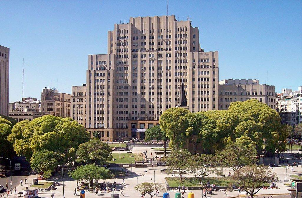 Plaza Houssay (Av Córdoba al 2100) y al fondo la Facultad de Medicina de la UBA.