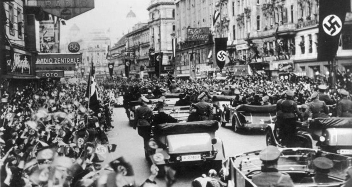 Una multitud saluda a las tropas nazis en su entrada a Viena.